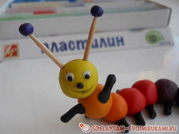 Радужная гусеница из пластилина