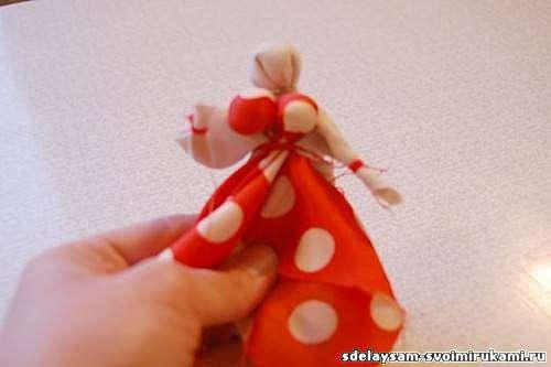 Магнит-оберег в виде народной славянской куклы-кормилки