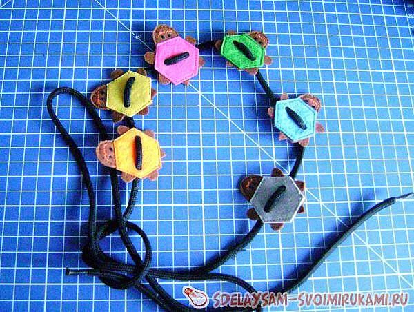 Игрушка-шнуровка из фетра