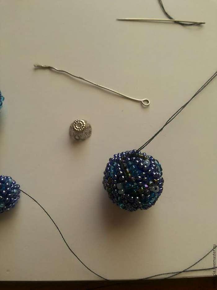 Создаем маленькие ёлочные шарики с помощью пряжи и бисера