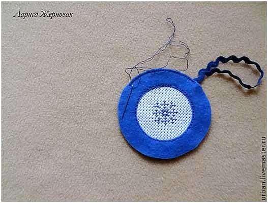 Елочные игрушки из фетра с вышивкой.