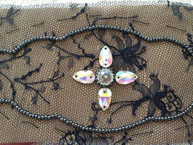 Создаем красивый браслет из кружева, бисера и кристаллов