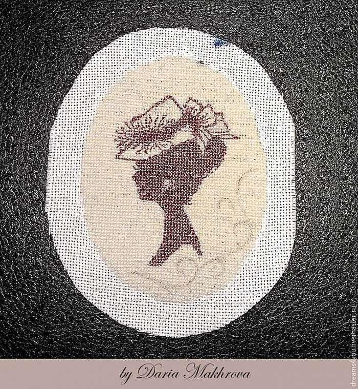 Текстильная брошь-камея в технике микровышивки