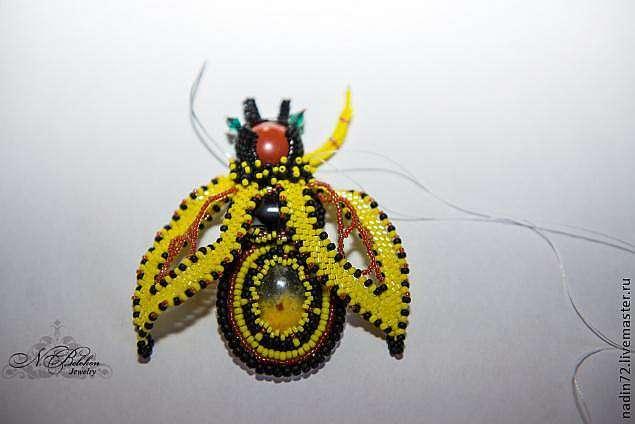Вышивка бисером: брошь-пчела