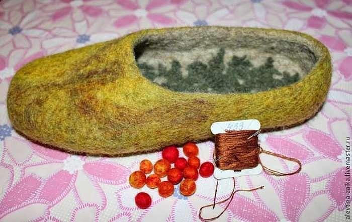 Декорируем тапочки веткой рябины