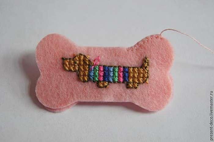 Создаем миниатюрную брошь «Таксик»: вышиваем крестиком на фетре
