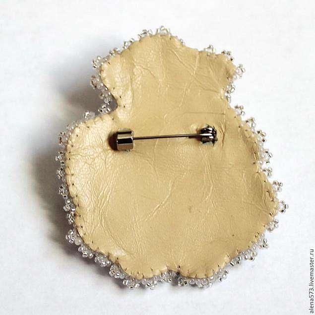 Вышитая брошь-цветок с жемчугом и перламутром.