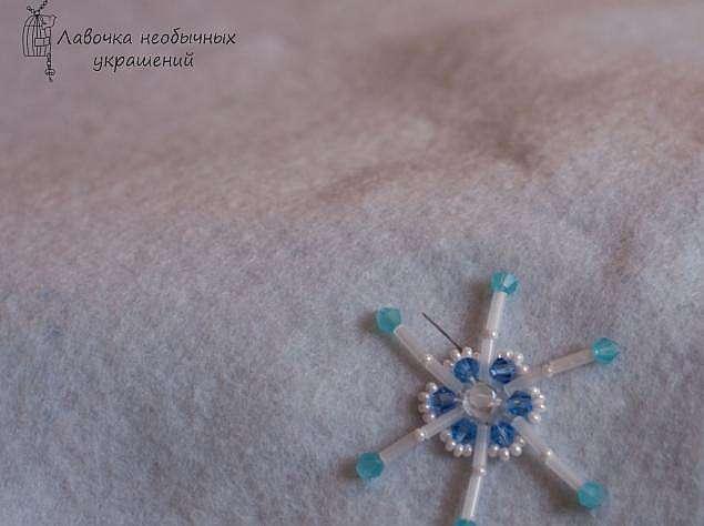 Кулон Снежинка, вышитая бисером
