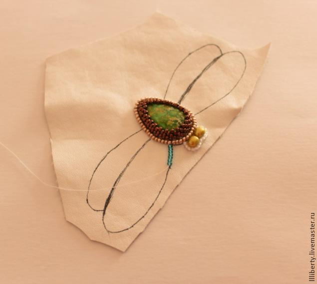 Вышитая брошь-стрекоза из бисера