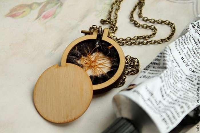 Делаем необычный кулон из деревянной рамочки