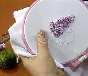 Способы вышивки сирени лентами в видео уроках