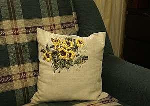 Привлекательные подушки вышитые лентами