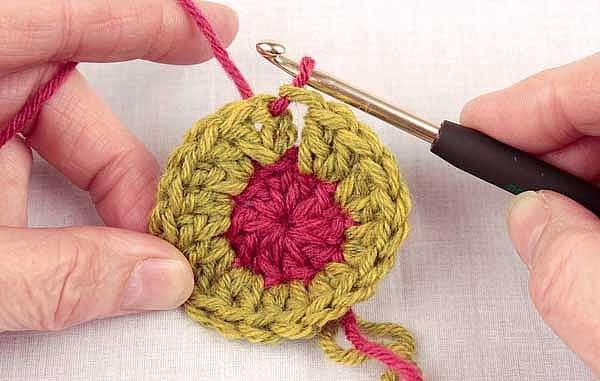 Как это замкнуть в круг при вязание спицами