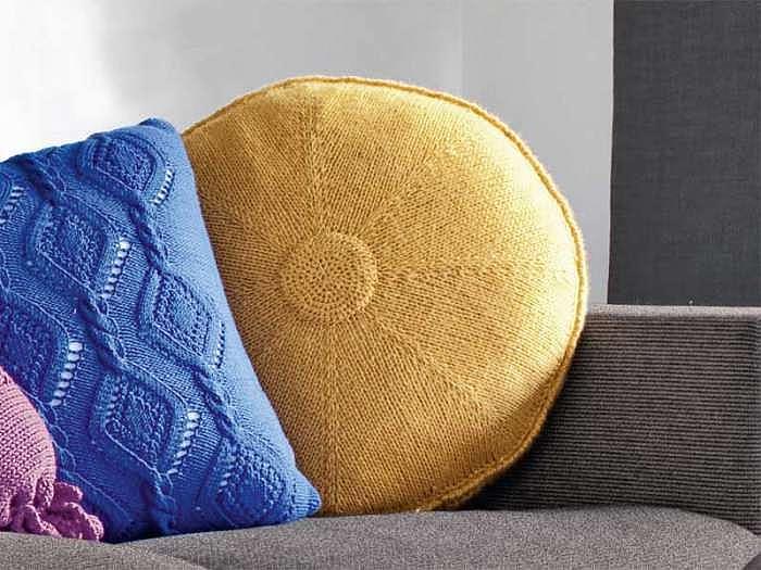 Круглая желтая подушка