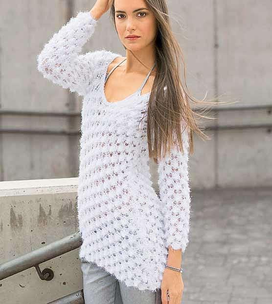 Асимметричный пуловер с ажурным узором