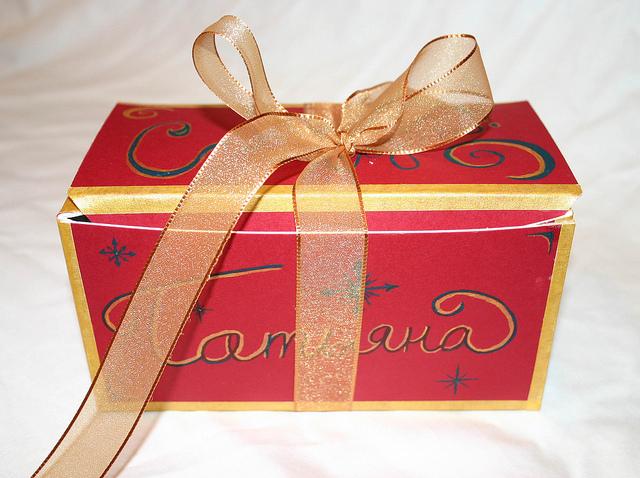 красная коробка