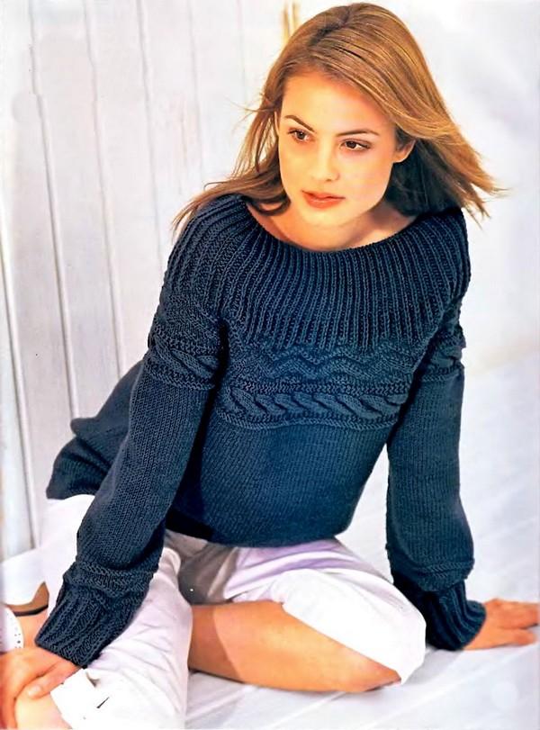 Синий пуловер с круглой кокеткой связанный спицами. Схемы вязания.