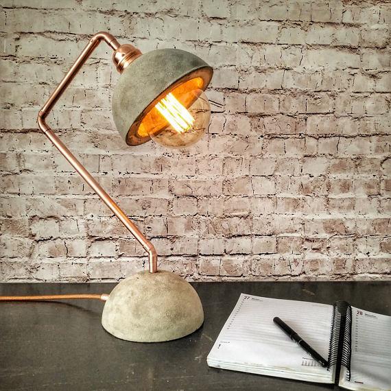 Промышленная бетонная медная настольная лампа от Euna Designs