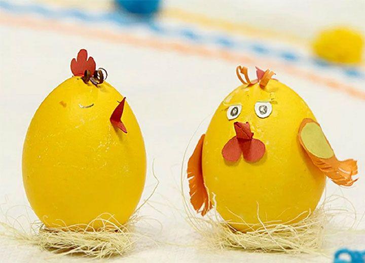 Два цыпленка из яичной скорлупы