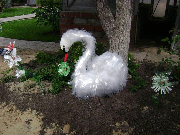 Фигурка лебедя из пластиковых бутылок