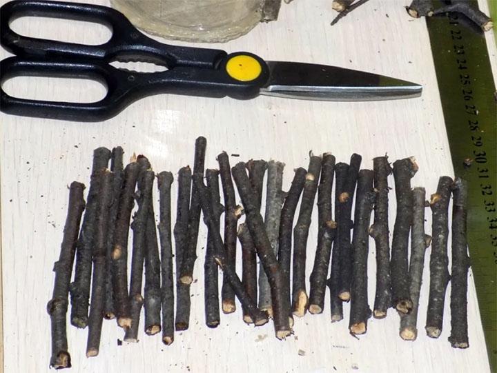 Изготовление плота из палочек