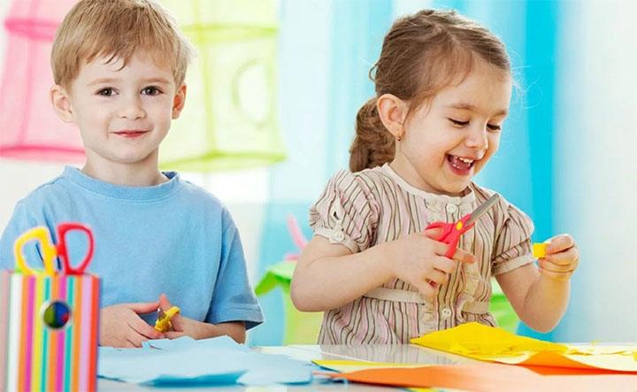 Дети занимаются рукоделием