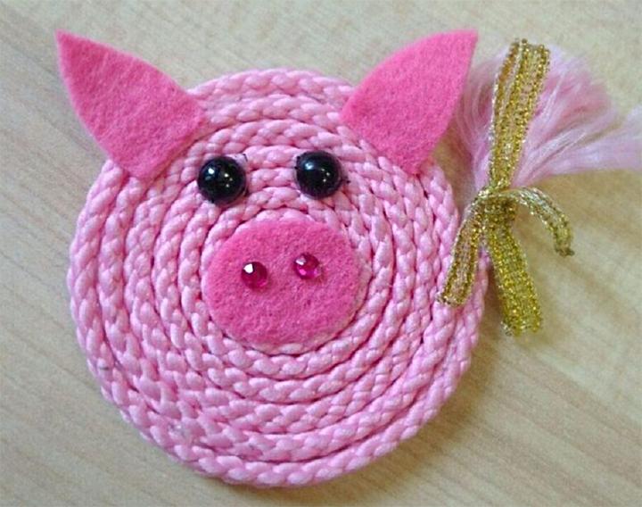 Свинка из остатков ниток