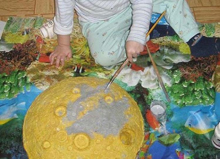 Поэтапное изготовление поделки луна из монтажной пены